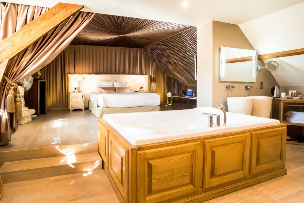 Nuit en amoureux avec jacuzzi suite indian le clos de - Hotel restaurant avec jacuzzi dans la chambre ...